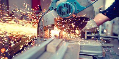 industrial engineer die werkt aan metaal en ijzer met circelzaag